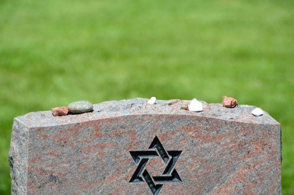 Pic jewish headstone with rocks on top